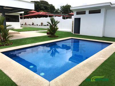 泳池边的人造草坪铺设效果